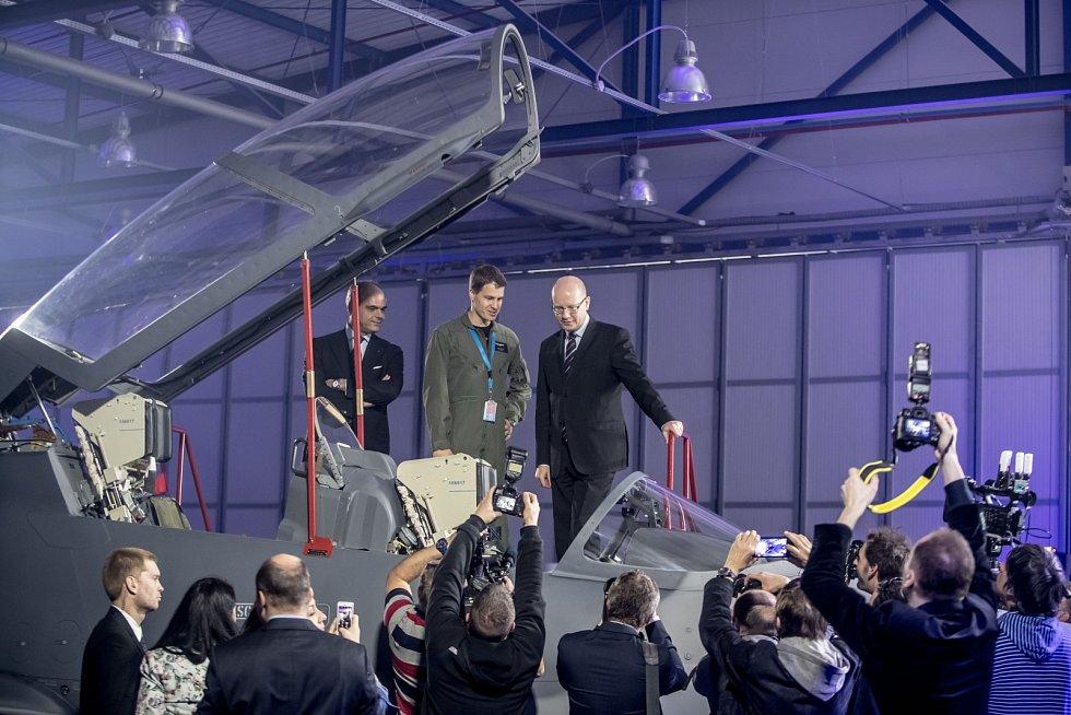 Nový letoun L-159 představila společnost Aero Vodochody 31. března ve svém areálu v Odoleně Vodě u Prahy. Na snímku Bohuslav Sobotka a prezident Aera Vodochody Giuseppe Giordo při prohlídce letadla.