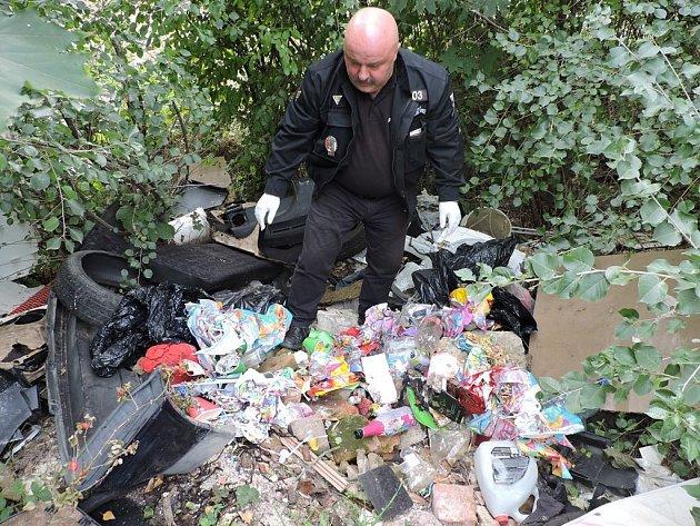 Obsah černých skládek strážníci Josef Mošna (na snímku) a Lucie Jandová prověřují s nadějí, že je dovede k pachateli.