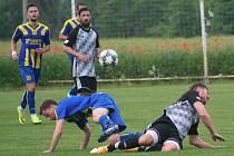 Fotbalisté Neratovic (v modrožlutých dresech) si do Byškovic pozvali k přátelskému utkání rovněž divizní Kosmonosy.