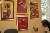 Na výstavě představují svoji tvorbu Romana Přibylová, Petra Hakenová a Jitka Vodoláková, tři žačky z ateliéru Ireny Wenkeové.