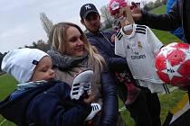 Rodina Stanislava Klobásy s dárky od hráčů Sokola k druhým narozeninám Standy nejmladšího.