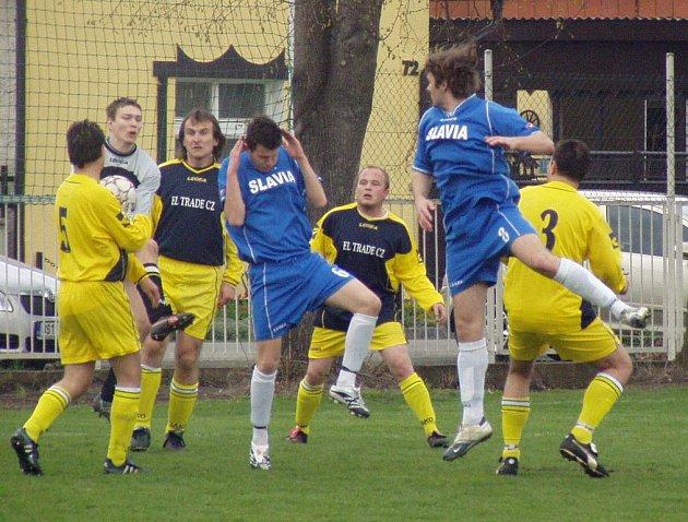 Z utkání 17. kola okresního přeboru Velký Borek (v modrém) - Záryby (0:0).