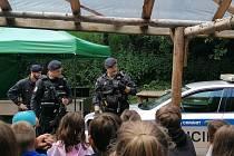 Mělničtí policisté se strážníky Městské policie Mělník navštívili letní dětský tábor v Kokořínském údolí.