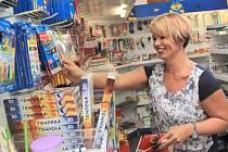 Neratovický obchod Alpena, kde pracuje Irena Bělovská, začínají stále častěji navštěvovat rodiče školáků, aby jim vybavili aktovky.