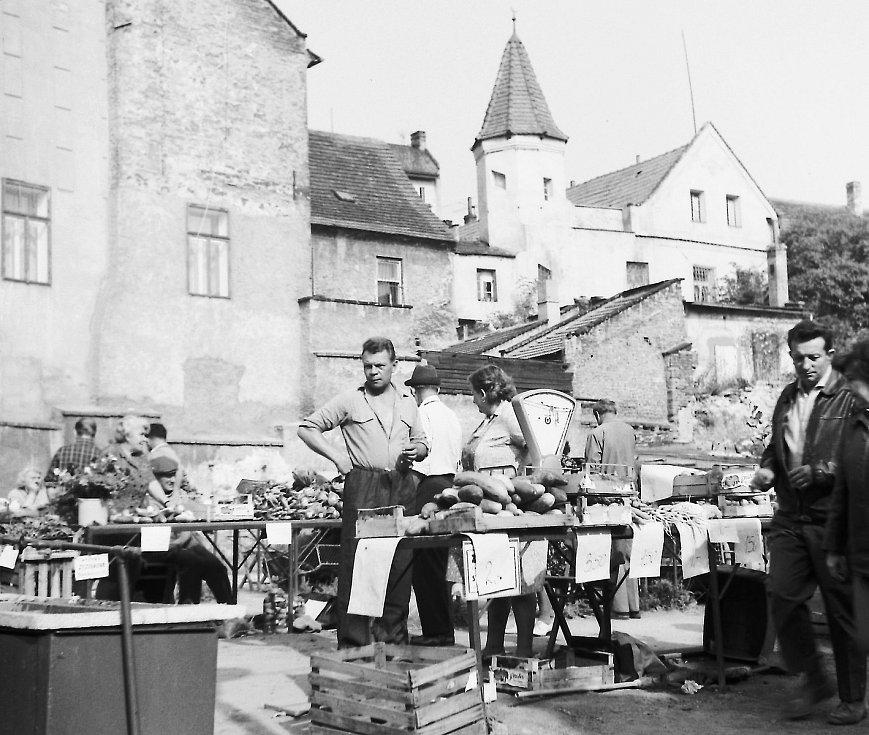 Improvizované tržiště na počátku 70. let minulého století v ulici 5. května. Na snímku Vladimír Hora z Vinařské školy (školního statku)
