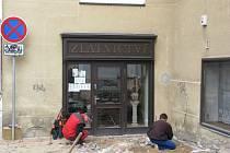 Práce na revitalizaci v mělnické ulici Legionářů. Zlatnictví je téměř nepřístupné. Lidé si myslí, že je zavřeno.