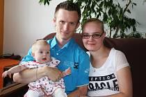 Lucie Zavadilová se svými rodiči Janou a Tomášem.
