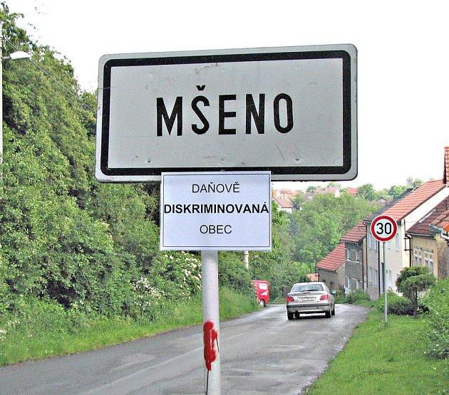 Nápis daňově diskriminovaná obec na Mšenské ceduli zůstal až do středy