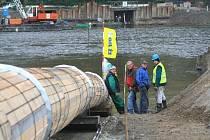 OBEDNĚNÉ ROURY, jimiž poteče do kohoutků  v domácnostech na Kralupsku a Kladensku pitná voda, zůstanou schované pod úrovní dna Vltavy.