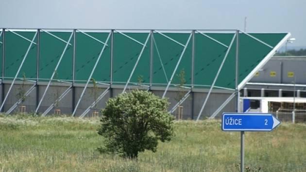 STĚNA dlouhá sto padesát metrů ulevila obyvatelům blízkých Úžic.