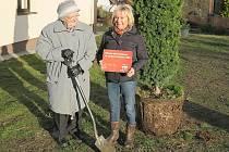 Devětaosmdesátiletá Milada Cardová se stala patronkou vzrostlého tisu. Na fotografii s kaninskou starostkou Jaroslavou Vranou.