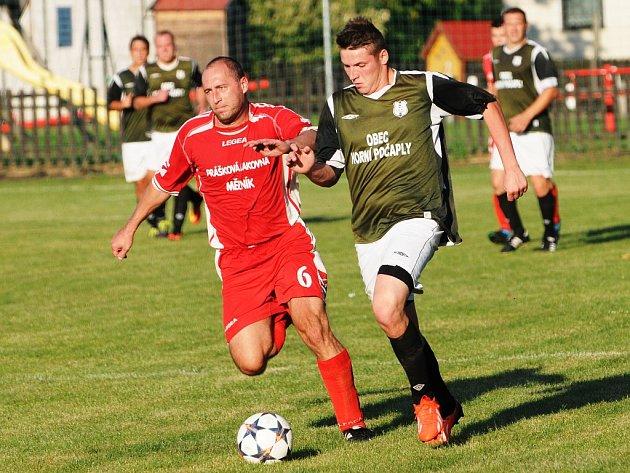 Fotbalisté Vysoké (v červeném) porazili doma Horní Počaply (v zeleném) 4:1.