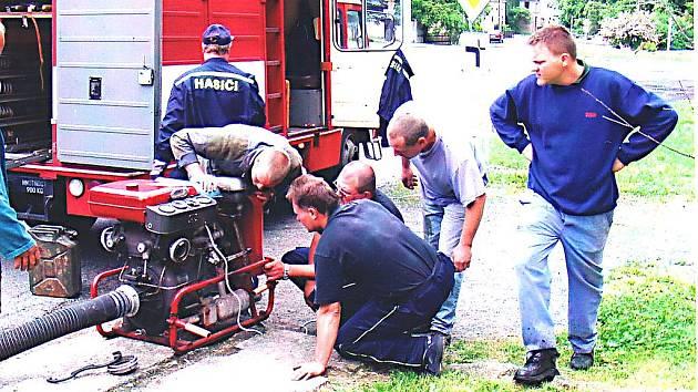 Kokořínští hasiči při odzkoušení techniky