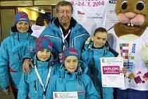 Středočeská výprava krasobruslařů na zimní olympiádě dětí a mládeže s moderátorem ceremoniálů Štěpánem Škorpilem. Mělnická mladší žákyně Kateřina Hospodková je vpředu první zleva.