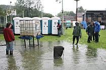 Sportovní areál ve Lhotce se proměnil proměnil ve velkou louži, zaplavila ho Pšovka. Bigbeatový festival Lhotkafest se tak nemohl letos uskutečnit.