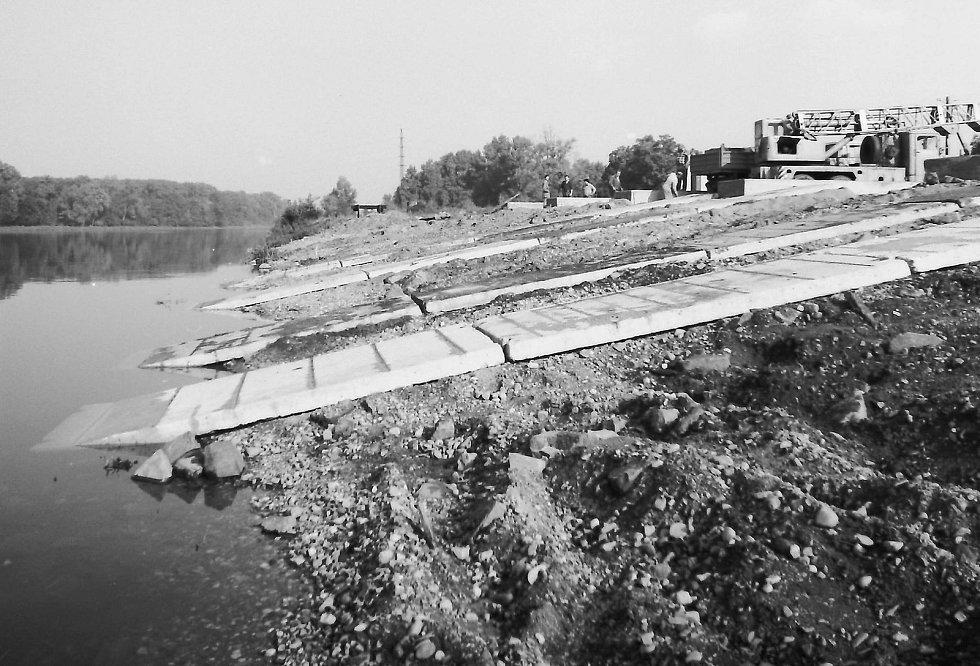 Připravené betonové rampy pod dřevěné lešení pro vytažení remorkéru na břeh, vpravo betonové základy pod loď — v Mělníku 1986