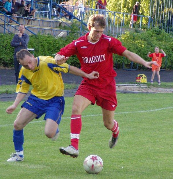 Z utkání 24. kola I. A třídy Neratovice (ve žlutém) - Řevnice (2:0).