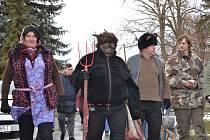 Ve Velkém Borku se rozhodli obnovit masopustní tradici, a tak se v sobotu 9. února areál fotbalového hřiště zaplnil maskami.