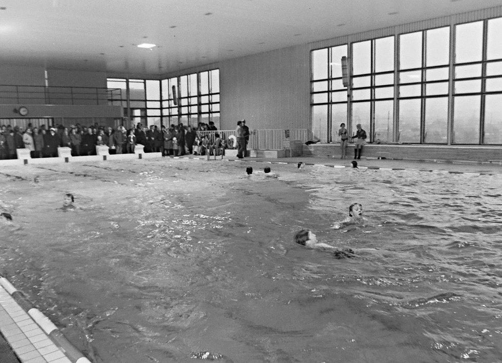 Otevření bazénu sledovala široká veřejnost.