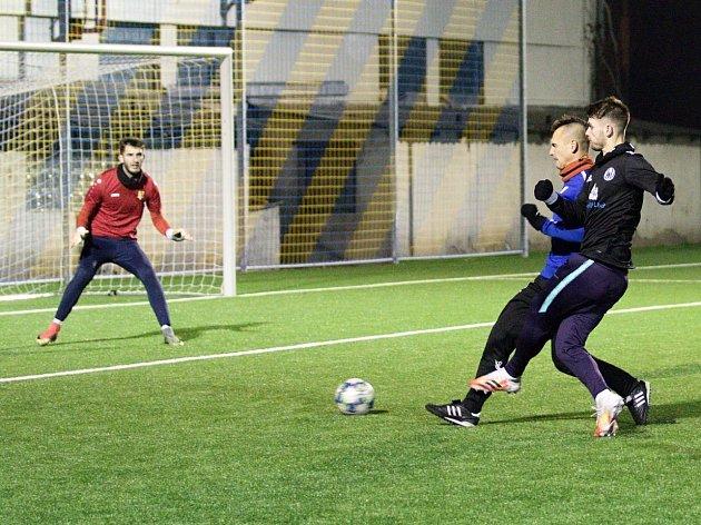 Fotbalisté Neratovic (vmodrém) porazili vpřípravném utkání sousední Libiš 4:3.
