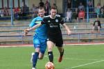 Fotbalisté FK Neratovice/Byškovice (v modrém) porazili v předposledním kole divize B sousedy ze Sokola Libiš 5:1.