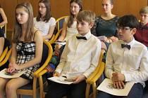Vítězné klarinetové trio ve složení Anežka Böhmová, Šimon Černý a Jan Petržílek  spolu s dalšími úspěšnými žáky mělnické základní umělecké školy ocenil na slavnostním setkání na radnici starosta města.