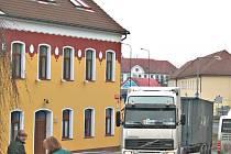 Ulicemi Legionářů a Plavební mohou kamiony projíždět jen od 6 do 22 hodin. V noci jezdí přes hustě obydlené části Vehlovice a Pšovka, přitom si zajedou o šest kilometrů.