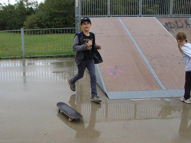 Mělničtí školáci užívají poslední volné dny z letních prázdnin ve skateparku Na Podolí.