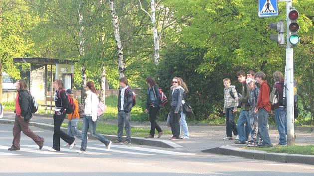 VYFOTIT školáky na přechodu v době, kdy jim svítí červený panáček, není žádné umění. Stačí pár vteřin čekání.