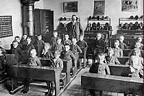 Žáci s učitelem ve třídě v roce 1914.