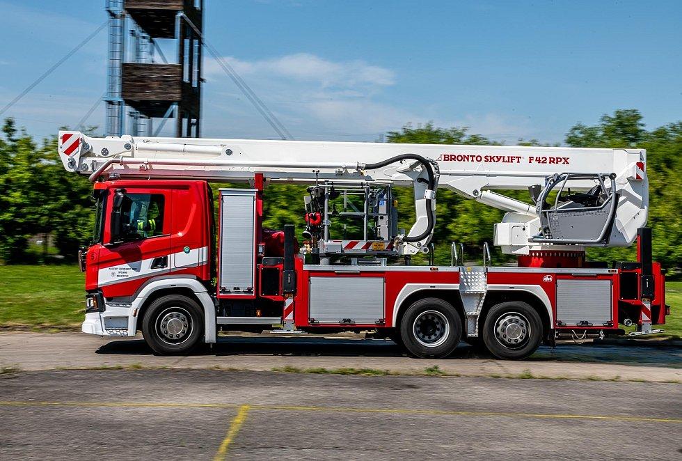Nového pomocníka mají podnikoví hasiči z neratovické Spolany. Převzali novou zásahovou plošinu za 17 milionů korun, která nahradila tu dosavadní z devadesátých let.