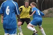 Fotbalistky Všestud (v modrém) při domácím utkání s Dubicí