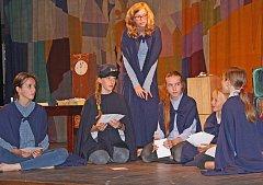 """Celkem tři jevištní divadelní inscenace představili letošní dětští absolventi dramatického oboru ZUŠ Kralupy před svými nejbližšími v sále tamního kulturního domu Vltava. Na snímku Čapkova """"Pohádka pošťácká""""."""