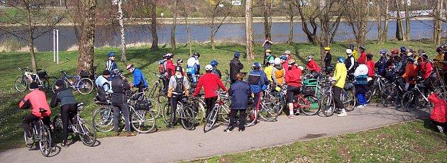 Cyklisté z mělnického klubu Mike na začátku dubna projeli pražské parky.