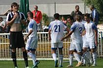 Fotbalisté Brandýsa (v tmavém) v divizní sezoně poprvé ztratili v domácím prostředí, s Kladnem prohráli 2:3.