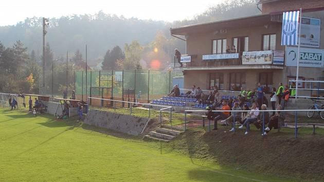 Fotbalové hřiště Dynama Nelahozeves patří svým sklonem mezi unikáty. V klubu jsou ovšem rádi, že mají alespoň takové. Jeho úprava je mimo jejich finanční možnosti.