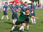 Fotbalisté FK Kralupy 1901 (v modrém) porazili Čečelice 2:1 po penaltách a oslavili postup do okresního přeboru.