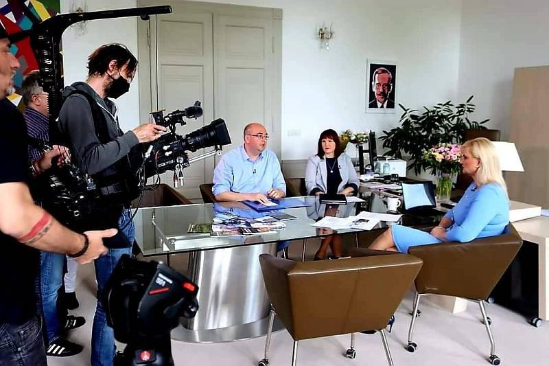 Z natáčení pořadu Krotitelé dluhů s otcem unikátního HistoryParku Alešem Charvátem a hejtmankou Petrou Peckovou.