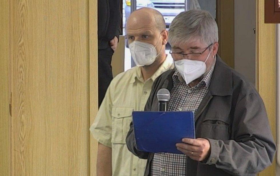 Překladatel návrhu na referendum o nulové toleranci Tomáš Korčák (vpravo)