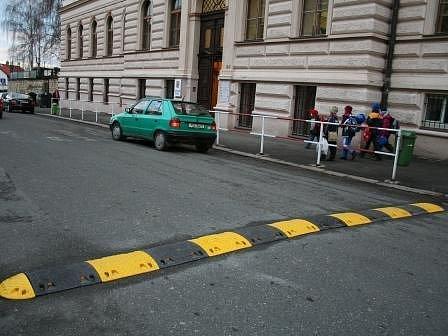 Příčný práh má jasný úkol. Zpomalit řidiče a tím ochránit především děti