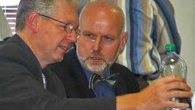 Tak, kolego, co s tím komunitním centrem uděláme? Zastupitelé Milan Schweigstill (vlevo)  a Dalibor Ullrych.