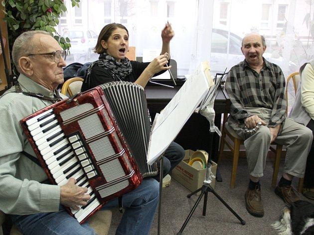 SBORMISTREM Cesmíny je varhaník Jiří Červinka, který před lety začal hrát i na harmoniku.