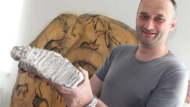 Luděk Dohnalík s mamutím zubem v ruce.