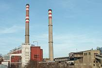 Pohled na komíny teplárny v kralupském areálu chemických výrob již s absencí tradičního tmavěšedého kouře stoupajícího k nebi. Vpředu je vpravo technologické zařízení na dopravu hnědého uhlí k teplárenským kotlům, které bylo po roce 2005 postupně zbouráno