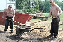 """Na pomoc do Lužce dorazili vězni z Jiřic, jejichž práci si starosta Patrik Rollo nemůže vynachválit. """"Pracují každý den od půl deváté a končí kolem sedmé večer. Je s nimi perfektní spolupráce,"""" uvedl starosta."""