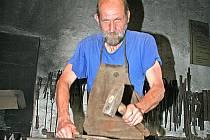 Kovář Luboš Martínek ze Mšena převzal řemeslo po svém dědečkovi.