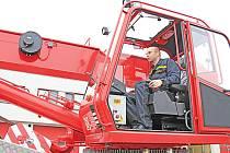 Mělničtí hasiči mají nový vyprošťovací automobil.