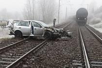 V Mlazicích se střetl vlak s osobním autem.
