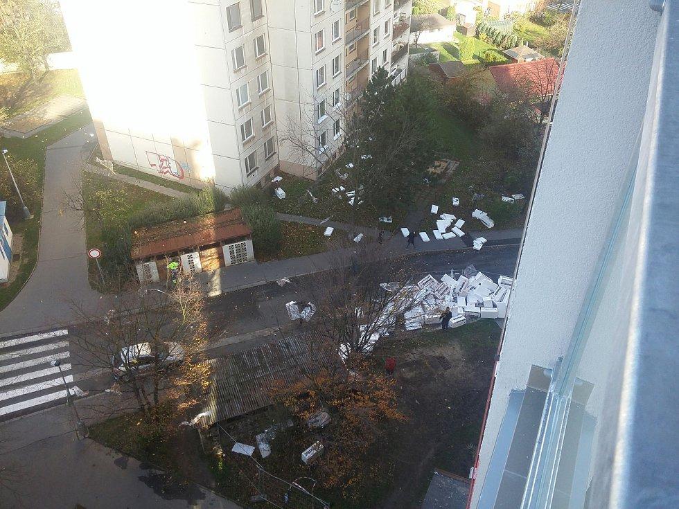 Ve Studentské ulici v Mělníku popadal polystyren z jednoho z panelových domů.
