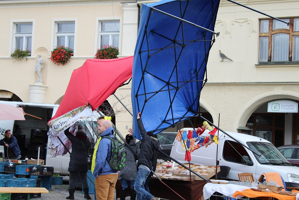 Na mělnickém náměstí Míru padaly cedule před Regionálním muzeem už v sobotu dopoledne. Na dušičkovém jarmarku létaly stánky a prodejci viseli na železných konstrukcích, aby je udrželi na místě.